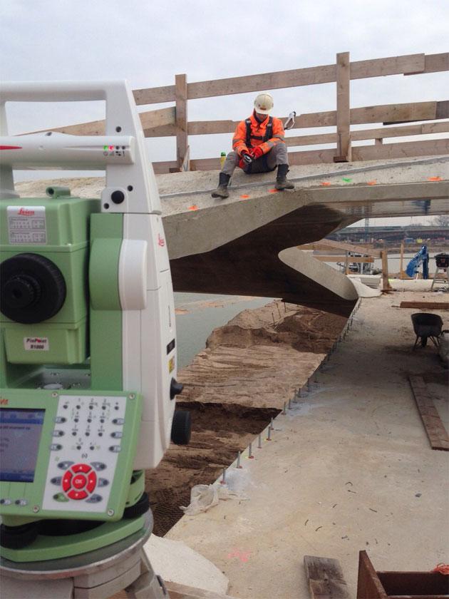 Landmeetkunde bij een brug door Foxbo maatvoering
